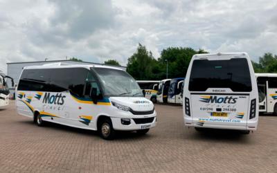 Dos nuevos minibuses Wing circulan por el Reino Unido en la flota de Motts.