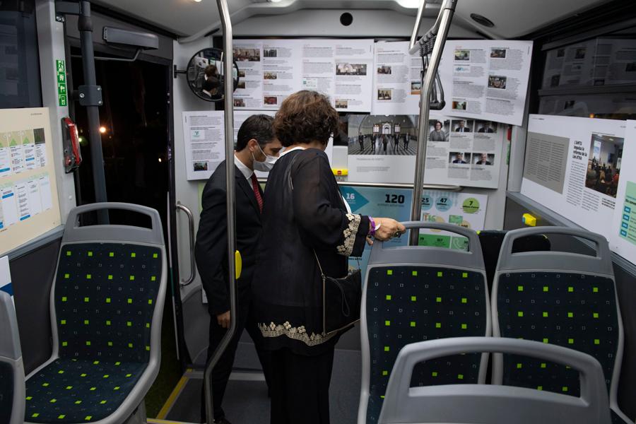 Le ministre Puigneró et le président de l'AMTU Carbonell visitant l'exposition à l'intérieur du minibus